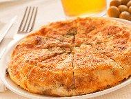 Рецепта Класически родопски пататник с варени картофи, яйца, сирене и лук на тиган
